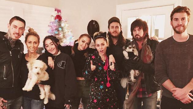 Miley Cyrus y Liam Hemsworth disfrutan de la navidad