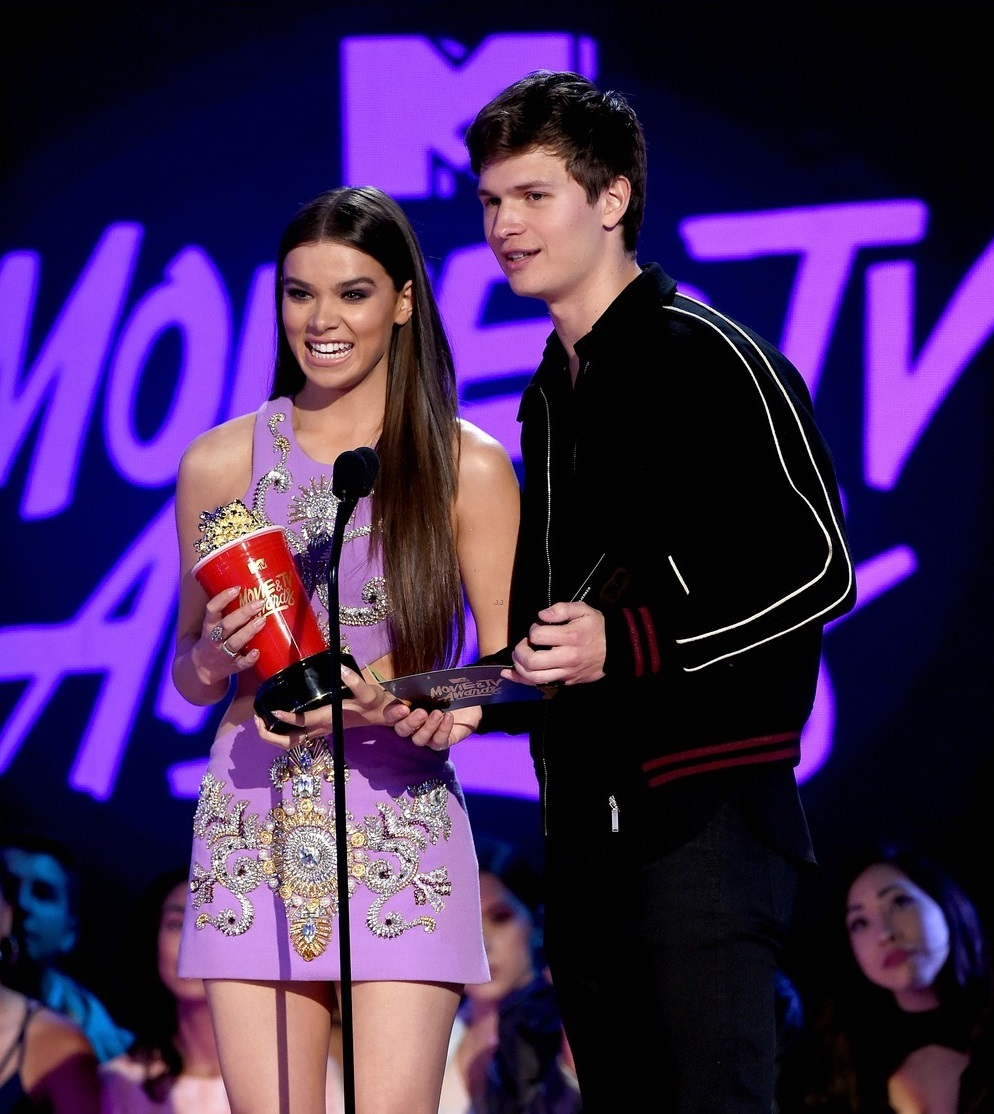 ansel-elgort-haile-steinfeld-have-a-lovefest-at-the-mtv04sd