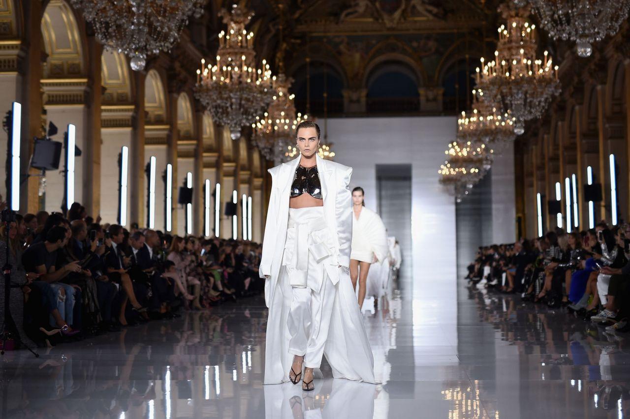 Cara Delevingne regresa a las pasarelas en París