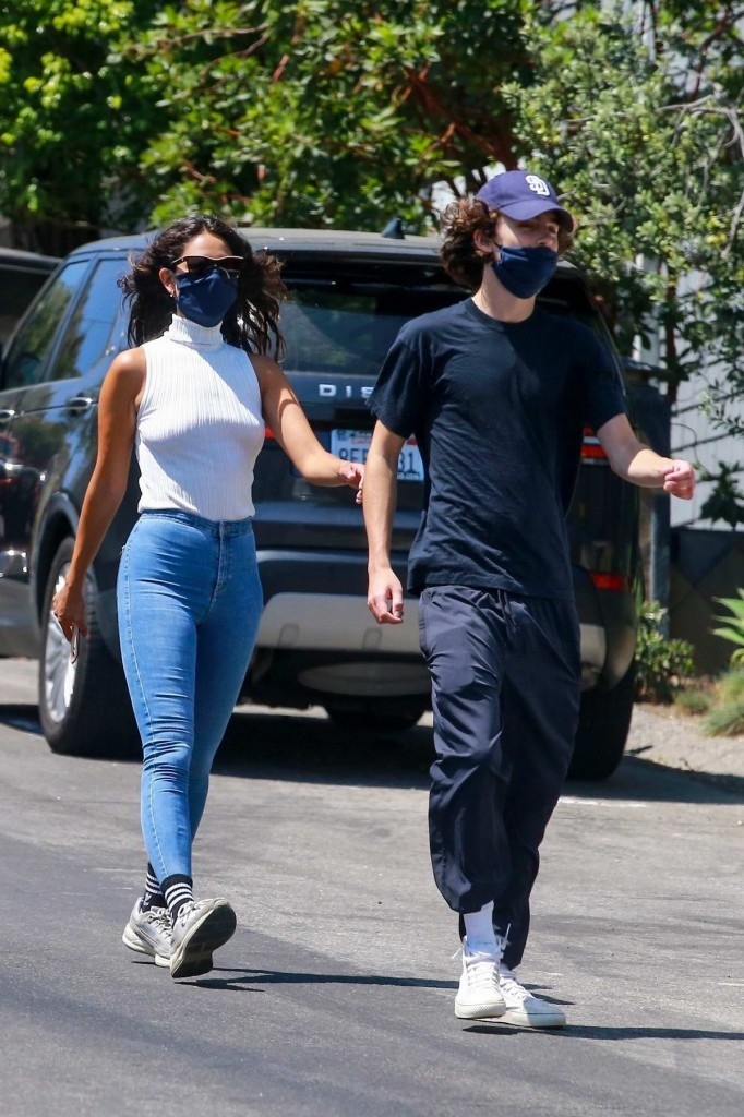 eiza-gonzalez-and-timothée-chalamet-step-out-for-a-casual-hike-in-los-angeles-280620_3